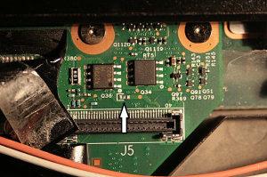 Localização do fusível em um Lenovo TS400 LED