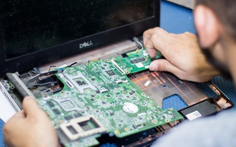 Conserto de placa de circuito em assistência técnica