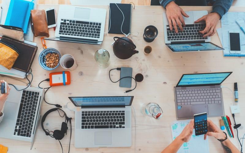 Uso contínuo de computadores no ambiente de trabalho