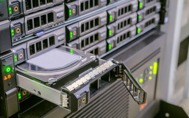 Computador com bandeja de HD em detalhe.