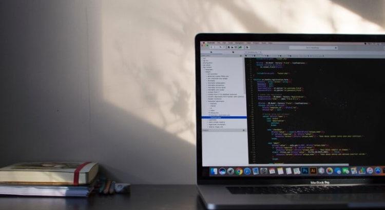 Notebook com tela de configuração aberta.