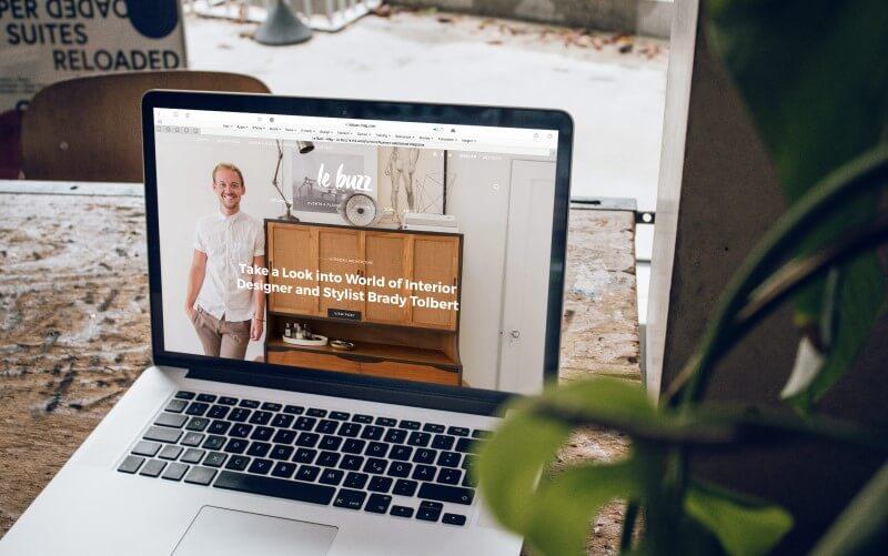 Notebook com website aberto.