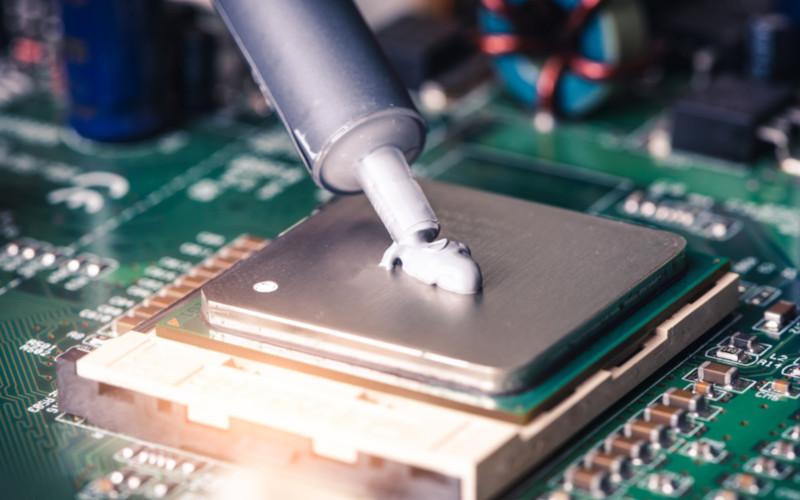 Aplicação de pasta térmica no processador.