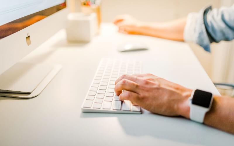 Atendente trabalhando no computador.