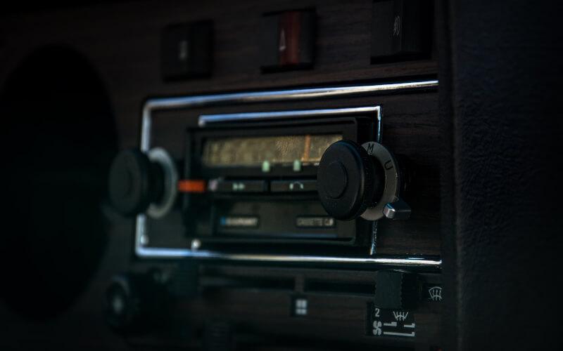 Rádio automotivo.