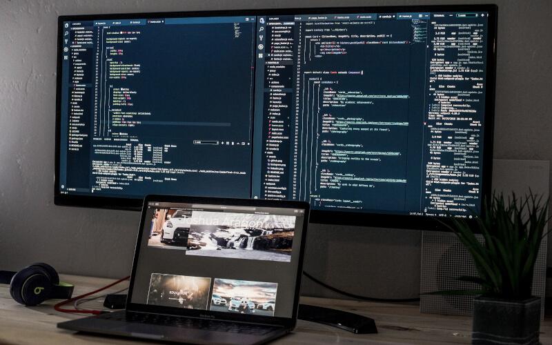 Notebook conectado a um monitor auxiliar.