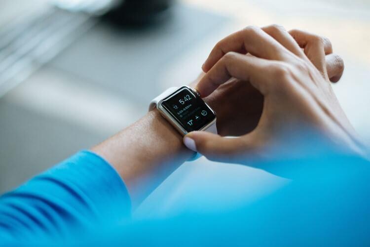 Pessoa utilizando um smartwatch (relógio inteligente).