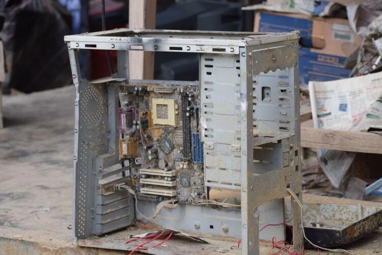 Gabinete de computador aberto e empoeirado.