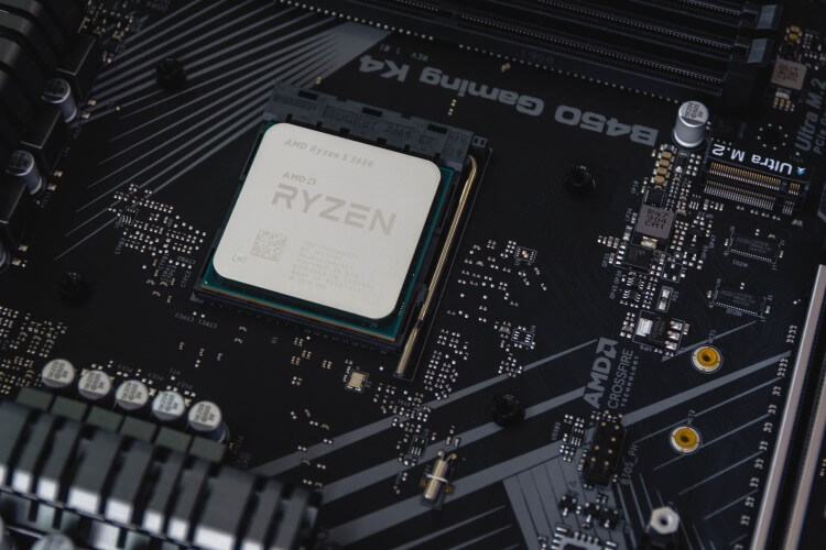 CPU Ryzen instalada em uma placa-mãe.