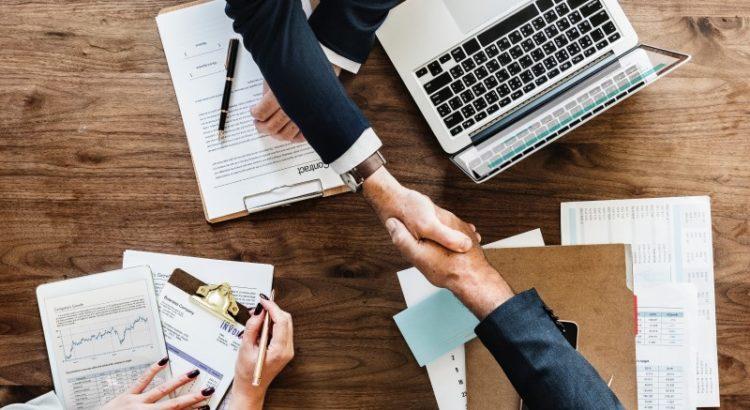 Aperto de mãos em reunião de negócios