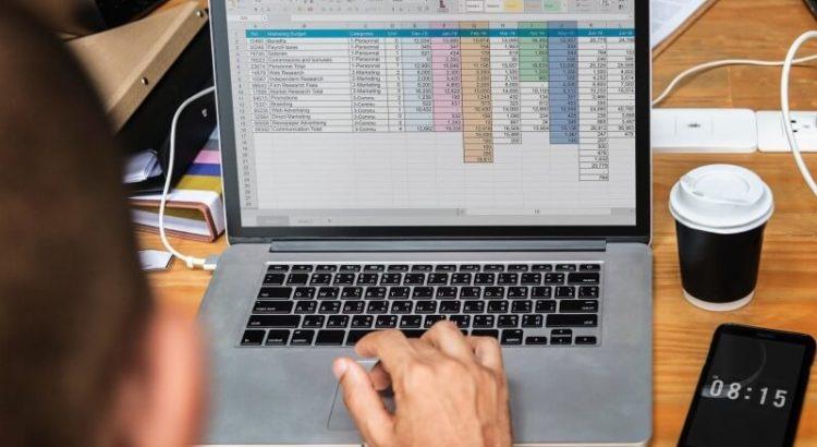 Computador com planilha do Excel.
