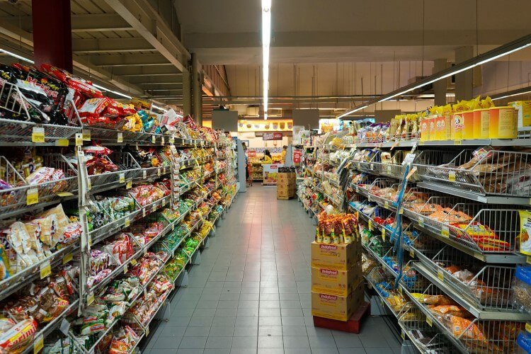 Prateleiras de supermercado.