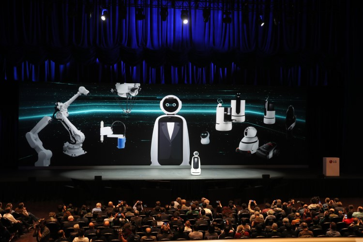 Foto da apresentação da LG na CES 2019, com a demonstração de um robô.