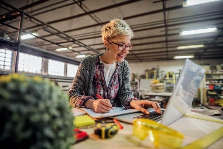 Empreendedora de tecnologia trabalhando no computador.