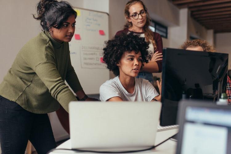 Equipe de trabalho em frente ao computador.