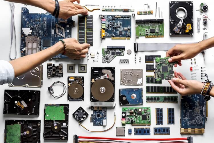 Mesa cheia de componentes de PC.