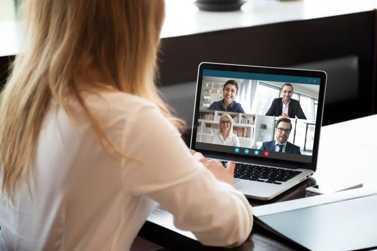 Pessoa em reunião por videochamada.