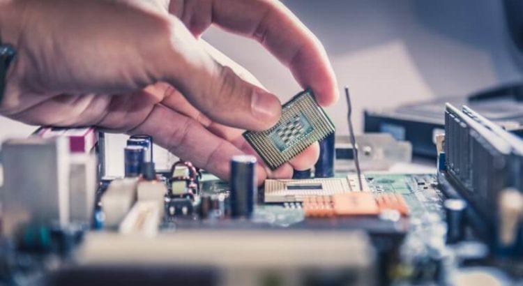 Técnico manipulando uma CPU na placa-mãe.