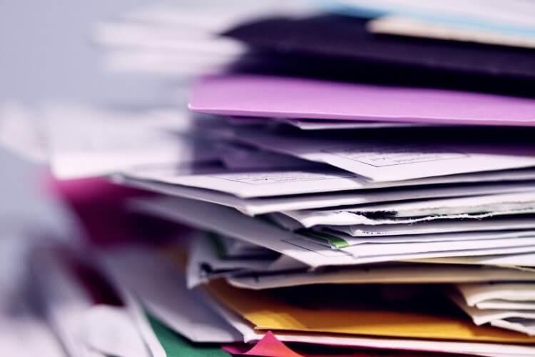 Pilha de papéis e documentos.