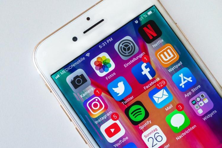 Tela de celular com aplicativos de redes sociais.