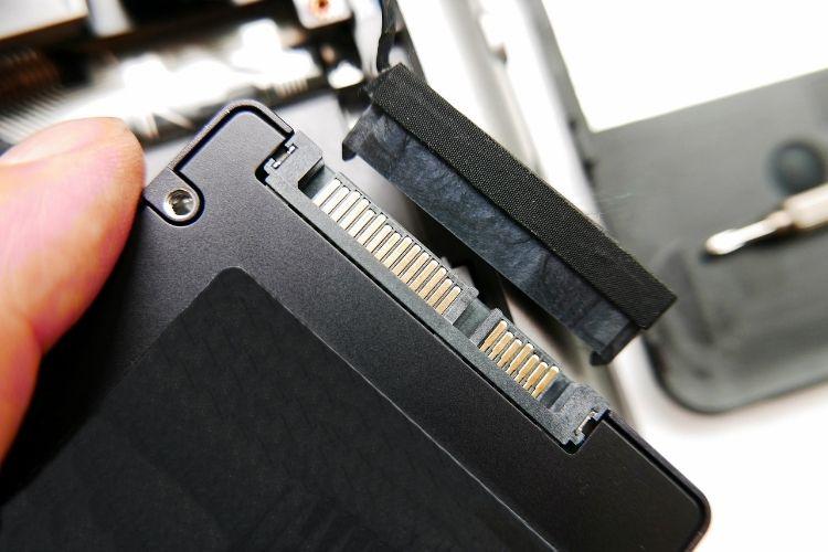 Mão segurando um SSD.